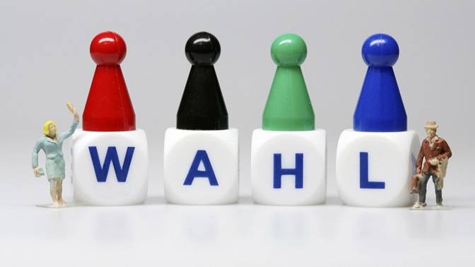 "On four cubes is written ""Wahl"""