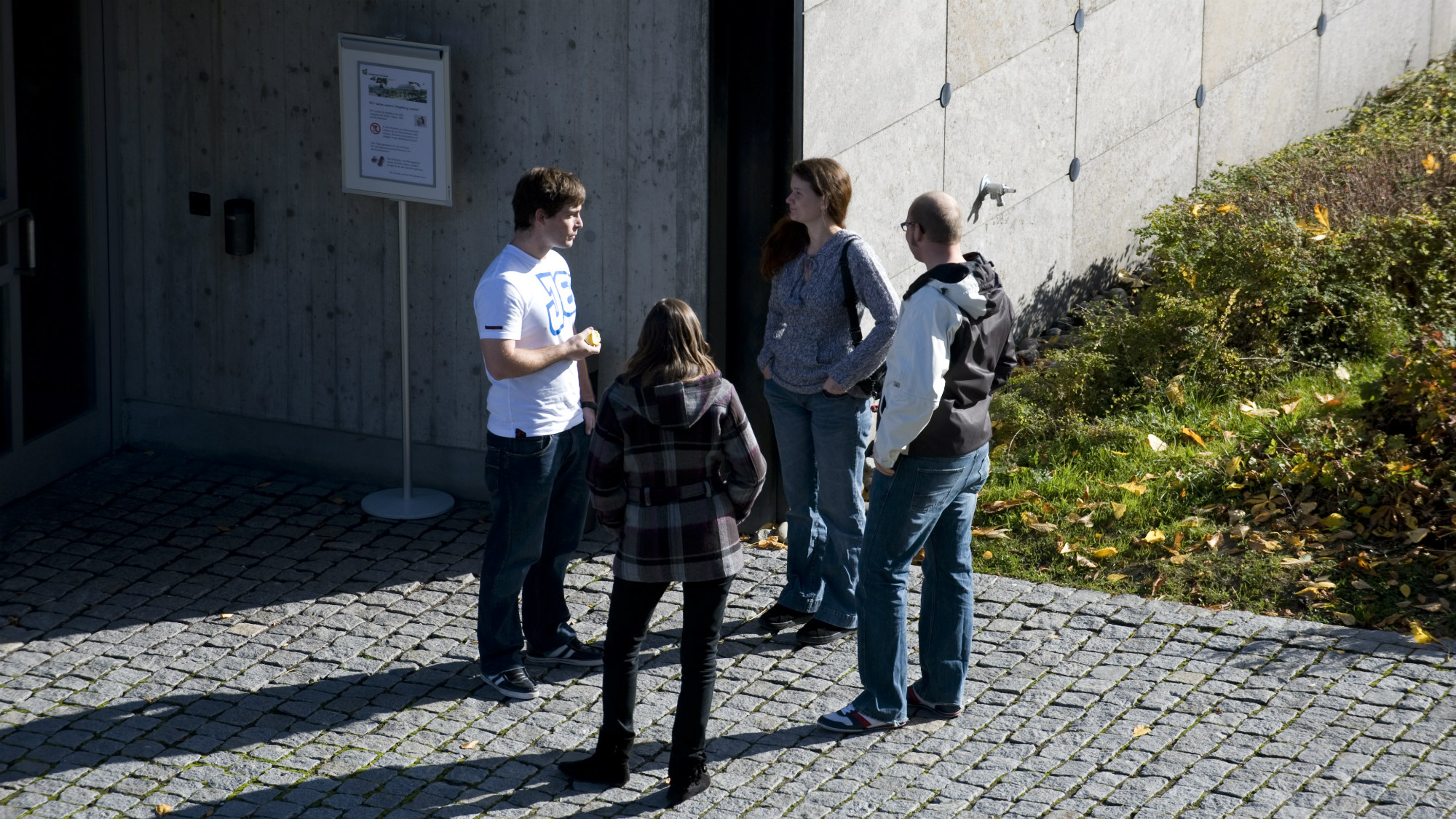 Students in front of the University of St.Gallen (HSG) library building