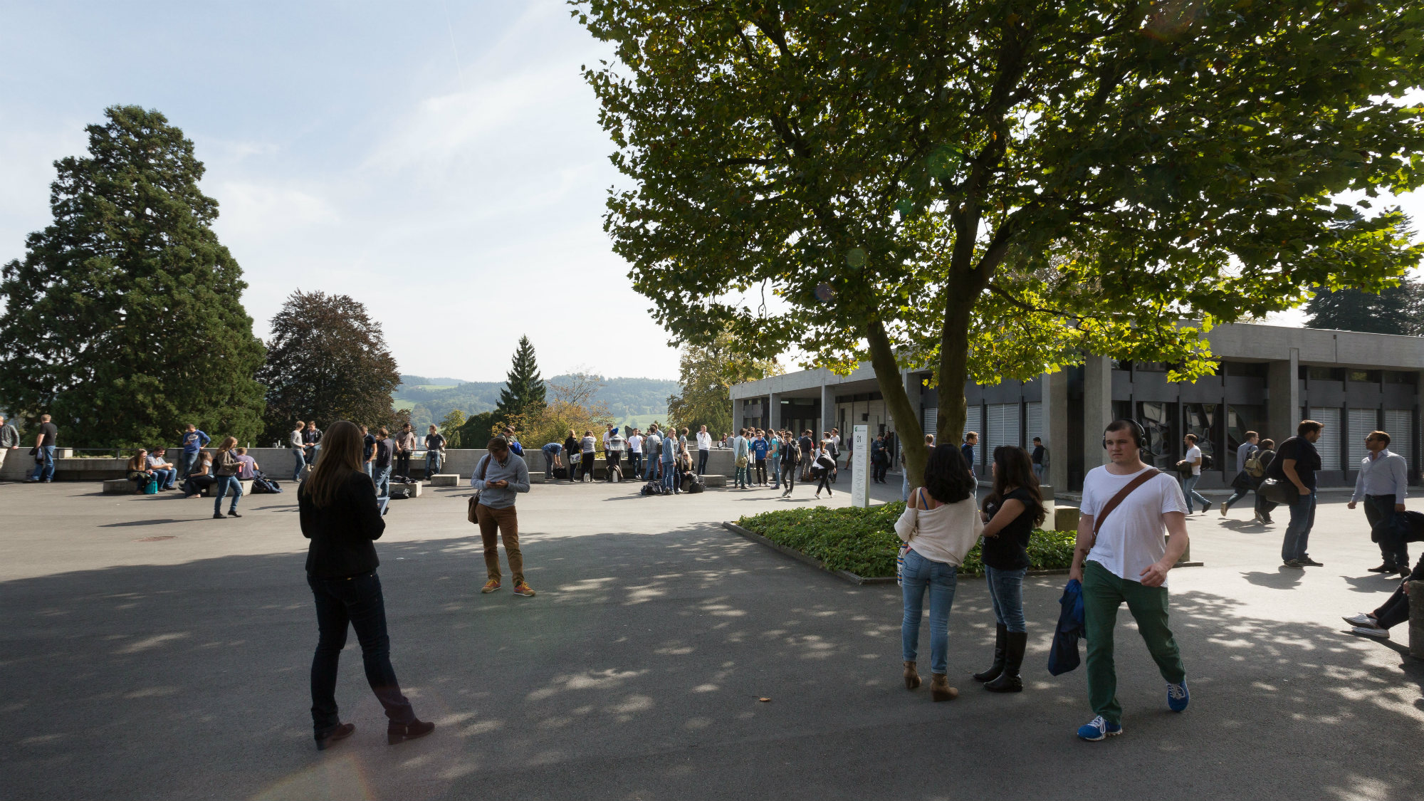 Students in front of the Aula of the University of St.Gallen (HSG)